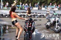 湿身美女边洗车边大跳热舞 意外摔倒出糗(图)