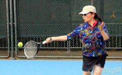 54岁李瑞英亮相网球试打会 穿热裤身手矫健
